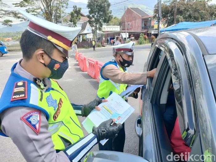 Ratusan kendaraan diputarbalik di perbatasan Garut