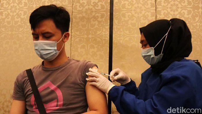 Ribuan pelaku budaya, pariwisata dan ekonomi kreatif (Buparekraf) di Kota Bandung menjalani vaksinasi COVID-19. Vaksinasi berlangsung di kawasan Terpadu Trans Studio Bandung.