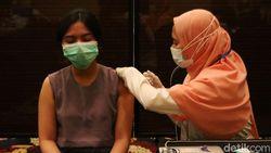 Ribuan Pelaku Buparekraf Divaksin COVID-19 di Bandung