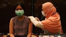 Ribuan pelaku budaya, pariwisata dan ekonomi kreatif (Buparekraf) di Kota Bandung menjalani vaksinasi COVID-19. Vaksinasi berlangsung di Trans Studio Bandung.