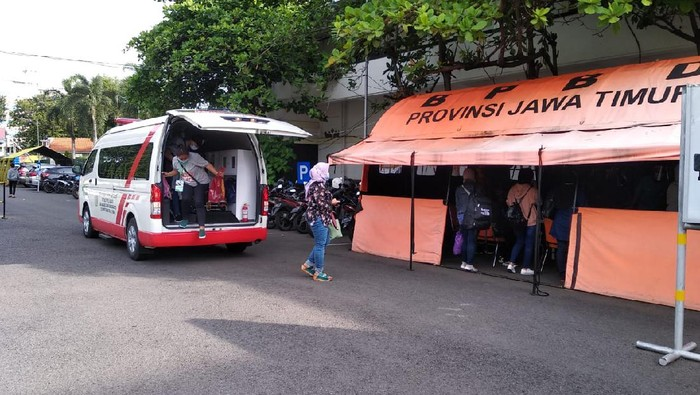 Rumah Sakit Darurat Indrapura Rawat 34 TKI Positif COVID-19    Hilda Meilisa Rinanda  Surabaya - Rumah Sakit Lapangan Indrapura (RSLI) kini tengah merawat 34 Pekerja Migran Indonesia (PMI) atau Tenaga Kerja Indonesia (TKI) yang terkonfirmasi positif COVID-19. Sebelumnya, para TKI ini sempat diswab saat hendak dikarantina di Asrama Haji Sukolilo Surabaya.  Rinciannya, tadi malam ada delapan PMI yang masuk RSLI. Sedangkan sore ini ada 26 orang PMI yang dinyatakan positif terpapar COVID-19.  Mereka berasal dari Malaysia, Hongkong, Singapura dan Brunei Darussalam. TKI yang positif dalam seminggu terakhir ini berasal dari wilayah Asia Tenggara, sedangkan yang dari timur tengah diperkirakan akan masuk dalam seminggu ke depan.  Ketua Pelaksanan Relawan PPKPC-RSLI Radian Jadid menyebut total TKI yang dirawat di RSLI ada 34 pasien. Rincirannya 17 pasien laki-laki dan 17 pasien perempuan.  Sedangkan asal para TKI juga beragam, lebih dari setengah berasal dari Madura, yakni dari Sampang, Pamekasan, Bangkalan dan Sumenep. Lalu, ada pula dari Jember, Probolinggo, Ponorogo, Pacitan, Sidoarjo dan satu orang dari Kendal, Jawa Tengah.   Sementara itu, Kepala RSLI Kogabwilhan II Surabaya, Laksamana Pertama dr I Dewa Gede Nalendra Djaya Iswara mengatakan para TKI yang positif ini akan menjadi perhatian serius. Karena berpotensi menjadi perantara mutasi COVID-19 varian baru.   Nalendra mengatakan pihaknya juga berkaca pada kondisi tsunami COVID-19 di India. Untuk itu, Nalendra tak ingin kecolongan. Segala langkah antisipasif dan monitoring ketat akan dilakukan pada penderita COVID-19 yang berasal dari PMI.   Contoh paling jelas adalah kasus di India. Adanya vaksinasi lebih dari 100 juta warga India telah menjadikan mereka euforia sehingga melupakan protokol kesehatan yang ada, papar Nalendra di Surabaya, Selasa (4/5/2021).  Padahal, angka tersebut dibandingkan dengan 1,3 miliar jumlah penduduk India, masih jauh dari syarat herd immunity yang mengharuskan 70 persen dari populasi. Untuk 