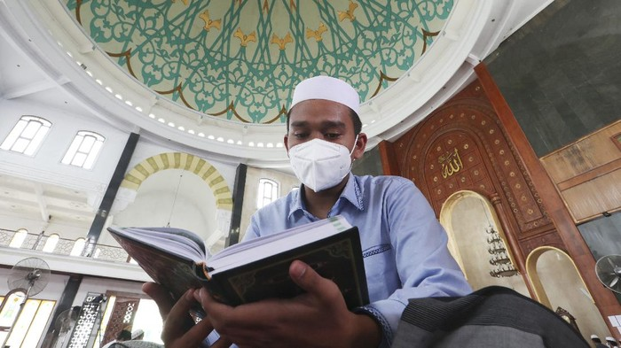 Students wear face masks to help curb the spread of the coronavirus as they read the Muslim holy book of the Quran at Attaqwa mosque in Bekasi, Indonesia, Tuesday, May 4, 2021. During Ramadan, the holiest month in Islamic calendar, Muslims refrain from eating, drinking, smoking and sex from dawn to dusk. (AP Photo/Achmad Ibrahim)