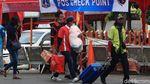 Semangat Porter Tawarkan Jasa di Terminal Kalideres