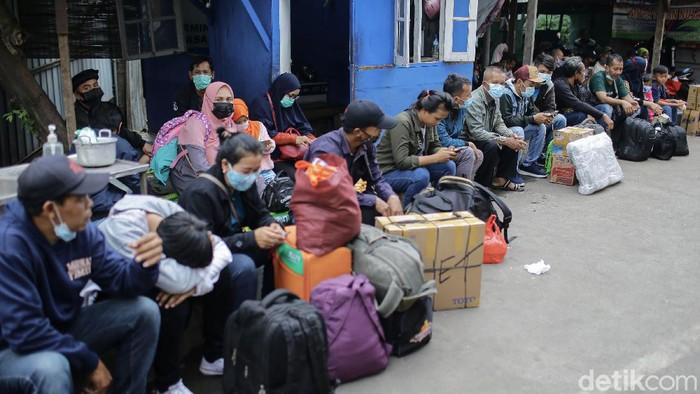 Sejumlah pemudik memadati kawasan terminal bayangan Lebak Bulus, Jakarta. Penasaran seperti apa suasana terkininya?
