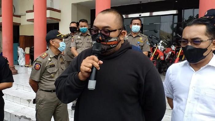 viral pria mengumpat pengunjung mal pakai masker