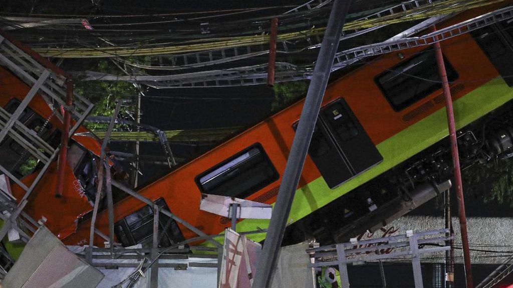Waduh, Rel Layang di Meksiko Ambruk Saat Kereta Lewat