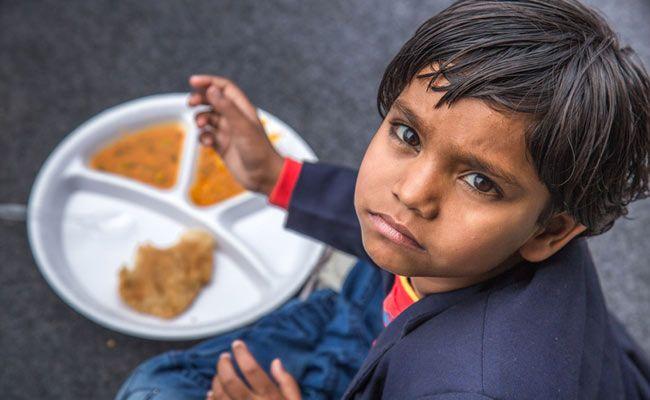 Wanita Ini Tetap Bagikan Makanan Gratis ke Ratusan Orang di Tengah Wabah Corona India