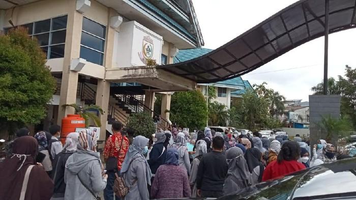1.641 Guru kontrak belum terima gaji dan SK geruduk Disdik Makassar (Ibnu Munsir/detikcom).