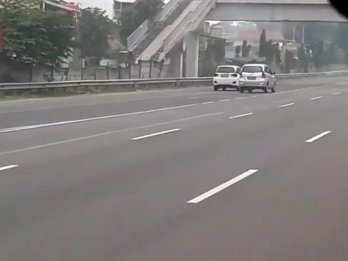 Aksi kejar-kejaran dua unit mobil di jalan tol