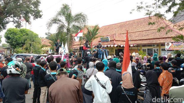 Aksi warga terdampak pembangunan Bendungan Bener di depan kantor BPN Purworejo, Rabu (5/5/2021).