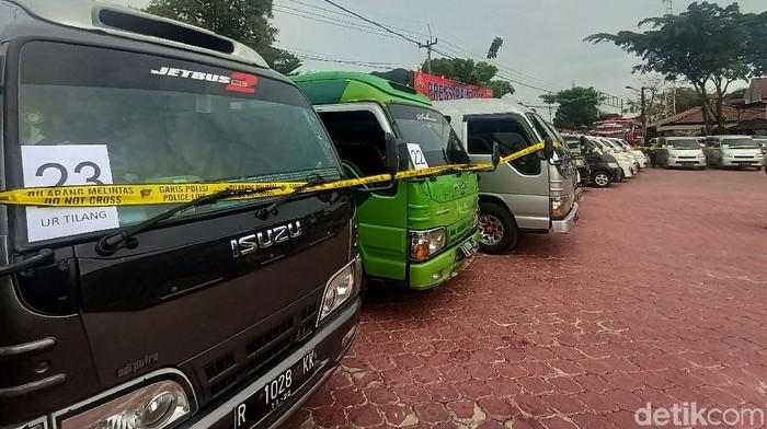 Puluhan mobil travel terjaring penyekatan di Karawang, Jawa Barat. Mobil-mobil travel itu diketahui membawa sejumlah penumpang sembunyi-sembunyi atau ilegal.