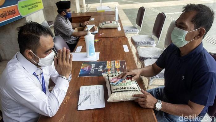 Masjid Istiqlal rutin membuka layanan zakat fitrah setiap tahun di bulan Ramadhan. Guna cegah Corona, layanan pembayaran zakat fitrah itu terapkan prokes ketat.