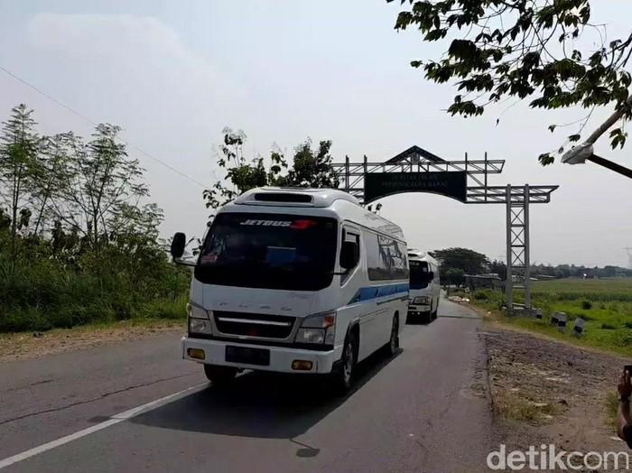 Arus lalu lintas di jalur alternatif Bojongsari Losari, Brebes, Rabu (5/5/2021).