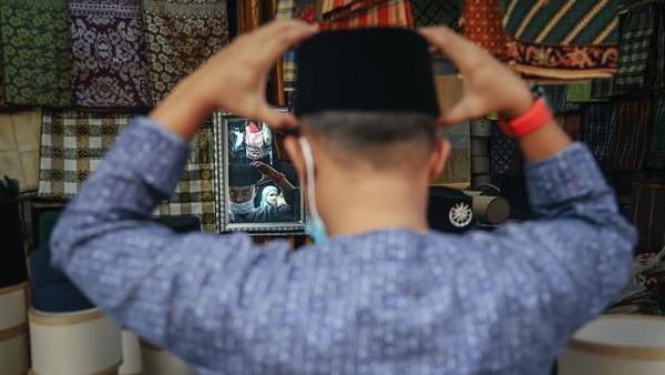 Warga banyak membeli barang-barang untuk kebutuhan menyambut Idul Fitri.