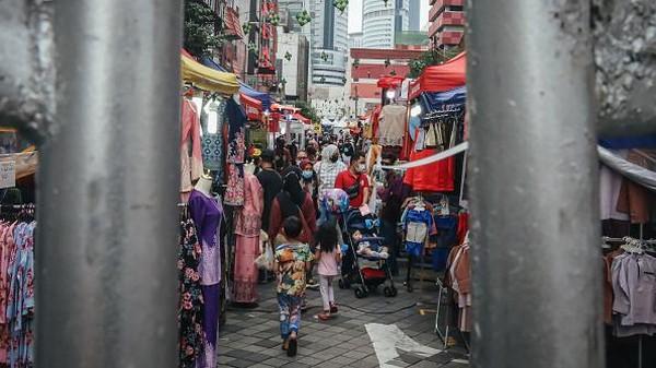 Beberapa kios terlihat berjajar menawarkan dagangan, mulai dari pajangan khas Muslim, busana Muslim hingga penganan halal.