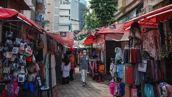 Di bazar ini warga bisa menemukan berbagai pilihan pakaian, makanan, dan barang-barang lainnya.