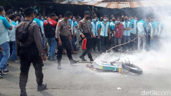 Ribuan buruh PT Pan Brothers Tbk di Boyolali melakukan aksi demo siang ini. Mereka tidak puas dengan kebijakan perusahaan yang membayar gaji bulan ini dan THR dengan cara dicicil.