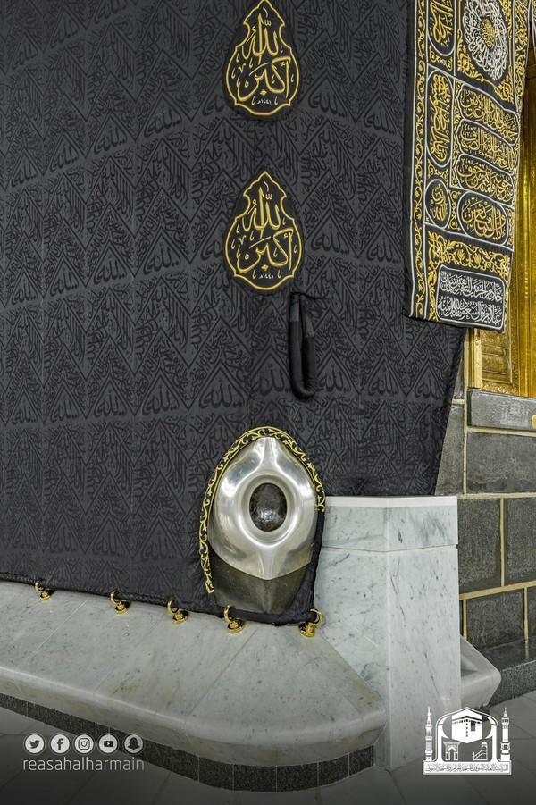 Selama haji, ziarah tahunan terpenting Islam, jemaah berjalan berlawanan arah jarum jam di sekitar Hajar Aswad. Peziarah biasanya menyentuh, mencium, atau melambai pada Hajar Aswad saat berjalan melewatinya.