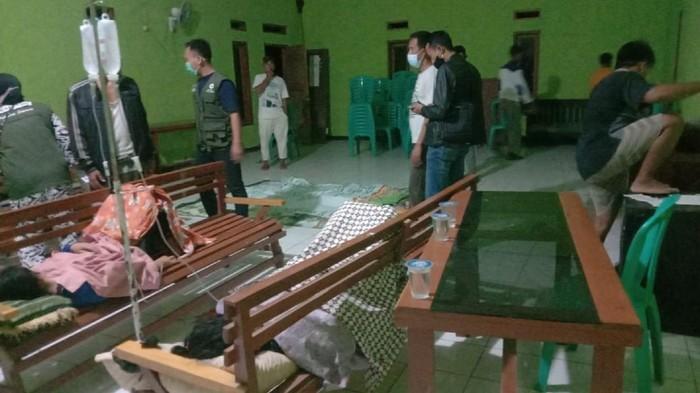Belasan warga keracunan usai menyantap ikan yang dibeli dari pedagang keliling.