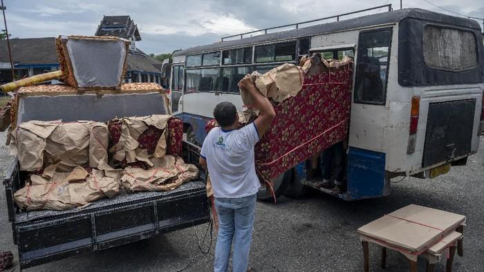 Bus jadi salah satu angkutan darat favorit warga untuk mudik. Tak cuma angkut penumpang, bus di Palu juga turut angkut barang bawaan berukuran besar.