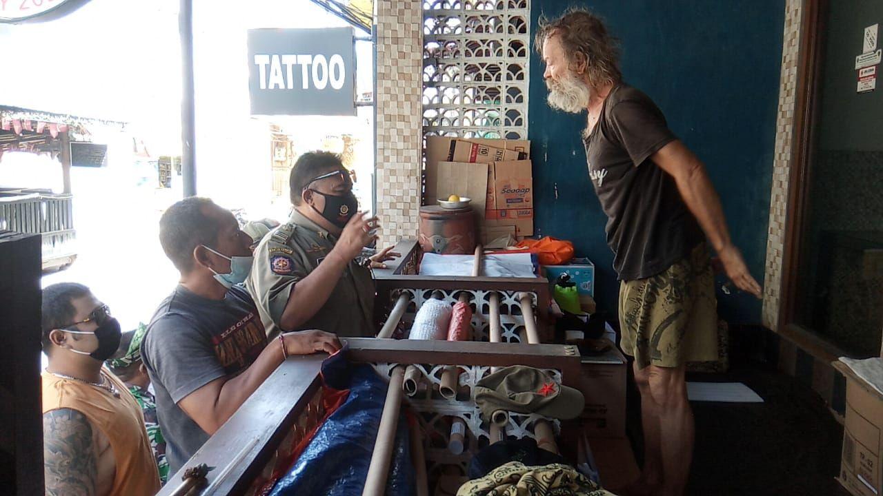 Bule Italia menggelandang di Bali