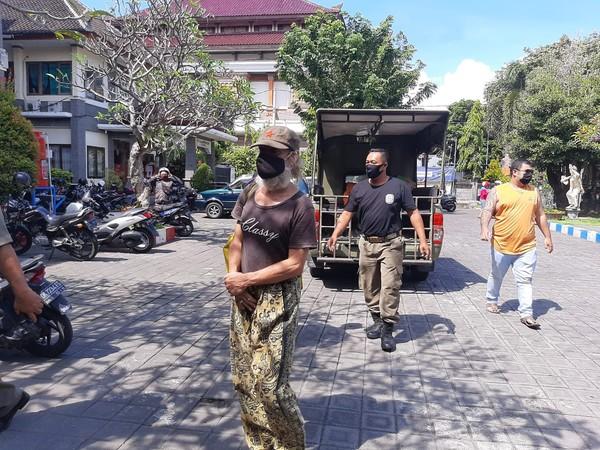 Seorang warga negara asing (WNA) asal Italia bernama HR Albani Roberto (75) diamankan oleh Satuan Polisi Pamong Praja (Satpol PP) Kabupaten Badung. Bule pria tersebut diamankan lantaran menggelandang di Pulau Dewata.
