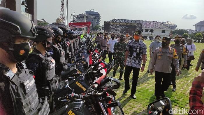Gubernur Jateng Ganjar Pranowo mengecek tim pengamanan mudik Lebaran 2021 di Polda Jateng, Rabu (5/5/2021).