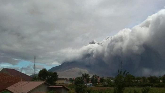 Gunung Sinabung di Kabupaten Karo, Sumatera Utara, erupsi dan  meluncurkan awan panas yang teramati dengan jarak 1.500 meter. (ANTARA/HO)