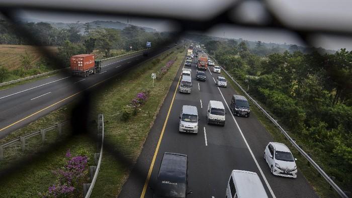 Sejumlah kendaraan memadati ruas Jalan Tol Palimanan-Kanci di Cirebon, Jawa Barat, Rabu (5/5/2021). PT. Jasa Marga memprediksi pada Rabu (5/5) atau  H-1 penerapan larangan mudik 2021 akan ada lebih dari 130 ribu kendaraan yang meninggalkan Jabodetabek. ANTARA FOTO/Hafidz Mubarak A/foc.