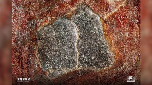 Hajar Aswad awalnya merupakan satu bongkah batu saja, tetapi sekarang terpisah menjadi 8 gugusan batu-batu kecil karena sempat pecah. (General Presidency of the Two Holy Mosques)
