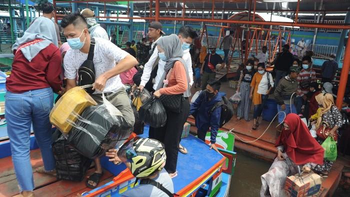 Sejumlah warga di Sumatera Selatan bersiap mudik menaiki kapal. Mereka memilih mudik lebih awal sebelum larangan mudik diberlakukan Kamis (6/5) besok.