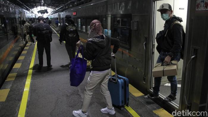 Sejumlah pemudik tiba di Stasiun Yogyakarta, Rabu (5/5/2021). Sebanyak 13 ribu orang meninggalkan Yogyakarta dengan naik kereta api sebelum larangan mudik lebaran berlaku pada 6 - 17 Mei 2021.