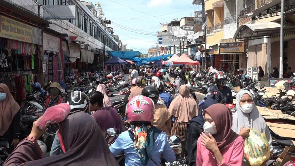 Jelang Lebaran, Pasar Ceker di Polman Diserbu Pengunjung
