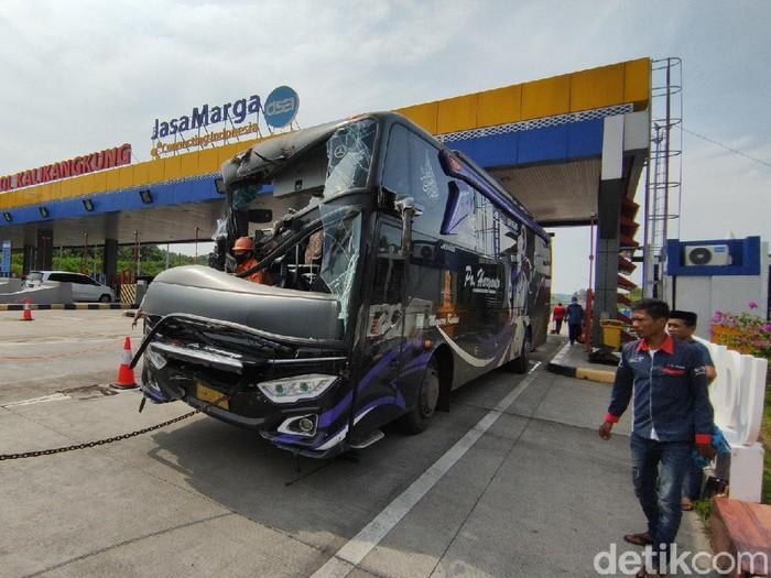 Kecelakaan truk dan bus di Tol Kalikangkung Semarang, Rabu (5/5/2021).