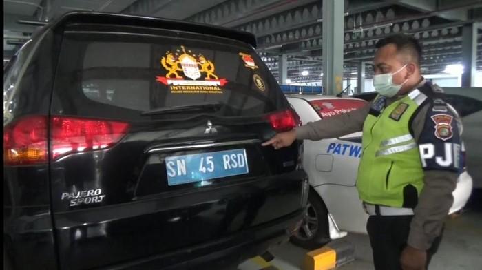 Kendaraan Mitsubishi Pajero bernomor polisi SN-45-RSD yang dikendarai oleh pria bernama Rusdi Karepesina (55) di Tol Cawang. Pria tersebut mengaku sebagai Jenderal Muda di Negara Kekaisaran Sunda Nusantara (Dok Polda Metro Jaya)