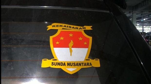 Kendaraan Mitsubishi Pajero bernomor polisi SN-45-RSD yang dikendarai oleh pria bernama Rusdi Karepesina (55) di Tol Cawang. Pria tersebut mengaku sebagai Jenderal Muda di 'Negara Kekaisaran Sunda Nusantara' (Dok Polda Metro Jaya)