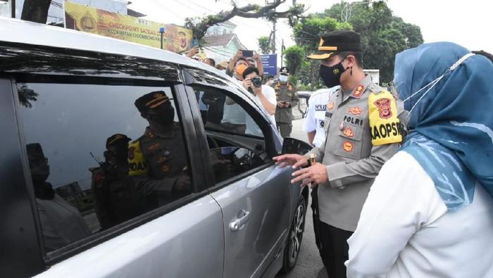 Kendaraan yang melintas di Kabupaten Bogor diperiksa petugas di pos penyekatan pemudik Bogor.