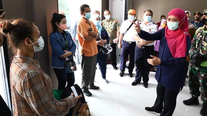 Khofifah bertemu TKI di Asrama Haji Surabaya