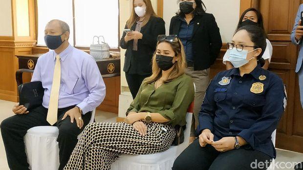 Leila Se, bule yang viral prank lukis masker di wajah untuk kelabui satpam (Sui Suadnyana/detikcom)
