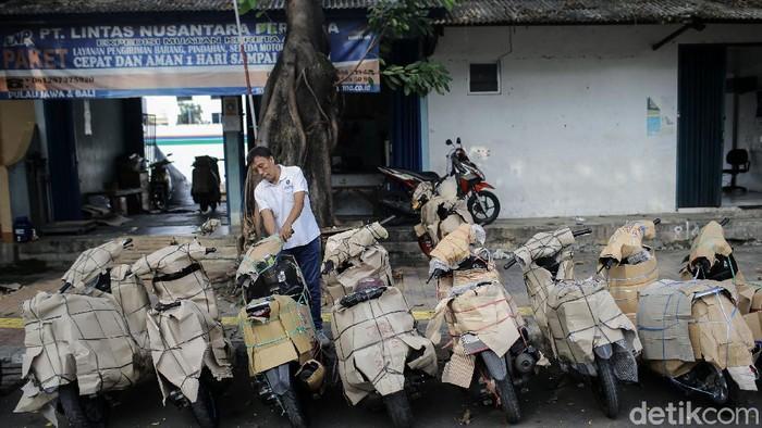 Aktivitas jasa pengiriman paket barang maupun motor kerap sibuk menjelang Lebaran. Pasalnya tak sedikit warga yang memanfaatkan jasa itu untuk mengirim motor ke kampung halaman untuk mudik.