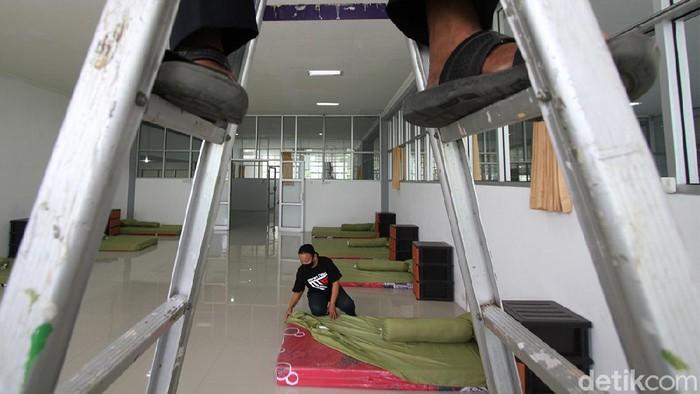 Petugas mempersiapkan tempat karantina pemudik di Solo Technopark, Solo, Jawa Tengah, Rabu (5/5).