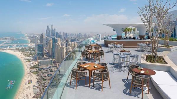 Kolam renang hanya bisa dinikmati oleh tamu di atas umur 21 tahun. Tapi, kamu juga bisa menikmati pemandangan Dubai dengan sambil menyantap hidangan di restoran rooftop yang tak jauh dari kolam renang. (Address Hotel+Resort)