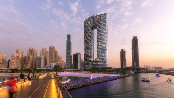 Dengan ini Jumeriah Gate memecahkan dua rekor dunia, yaitu kolam renang dan skybridge tertinggi di dunia. (Address Hotel+Resort)