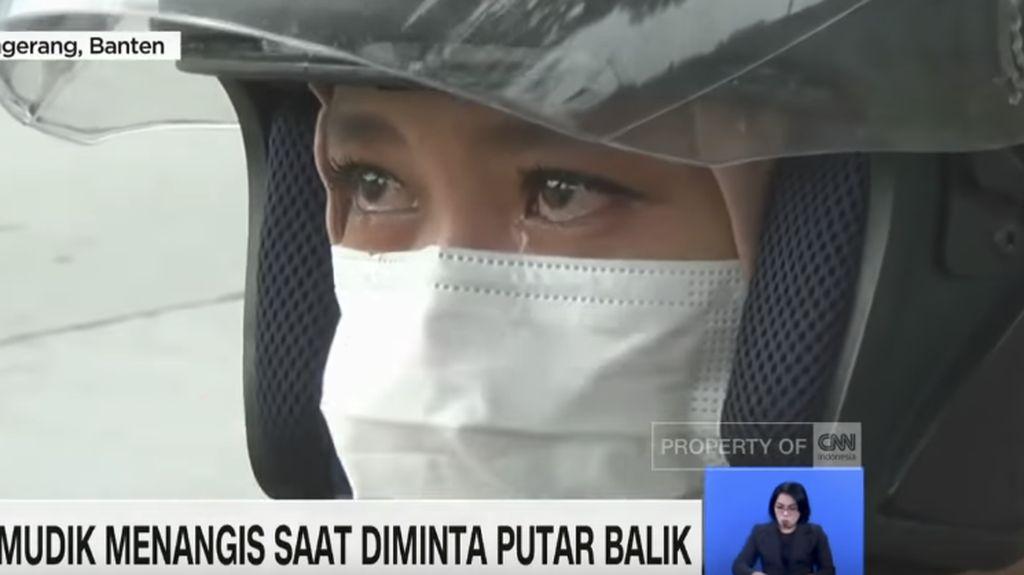 wanita di tangerang menangis memohon diberi izin polisi untuk lanjutkan mudik