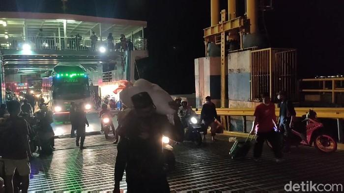 Pemudik yang tiba di Pelabuhan Bajoe, Sulawesi Selatan, pada Rabu (5/5) dini hari