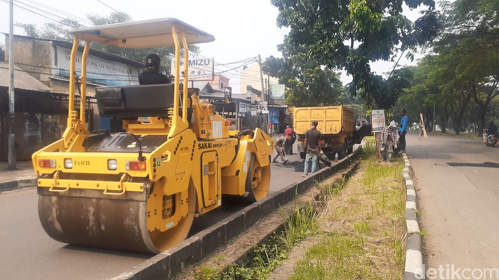 Pengerjaan perbaikan Jl Tegar Beriman, 5 Mei 2021, siang. (Afzal Nur Iman/detikcom)