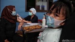 Program vaksinasi COVID-19 di Jakarta sasar warga di permukiman padat penduduk. Warga di Tanjung Priok dan Sunter Agung pun disuntik vaksin Corona dosis pertama