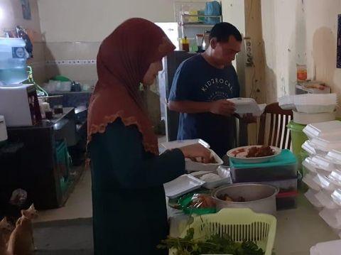 Foto Toga dan Iyaz saat persiapan sedekah makanan hari Jumat.