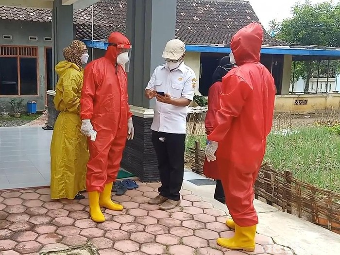 Petugas melakukan tracing di Desa Sambirejo, Kecamatan Sambirejo, Sragen, Rabu (5/5/2021).