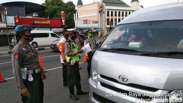 Polisi melakukan pemeriksaan kendaraan di Klaten jelang diberlakukannya larangan mudik